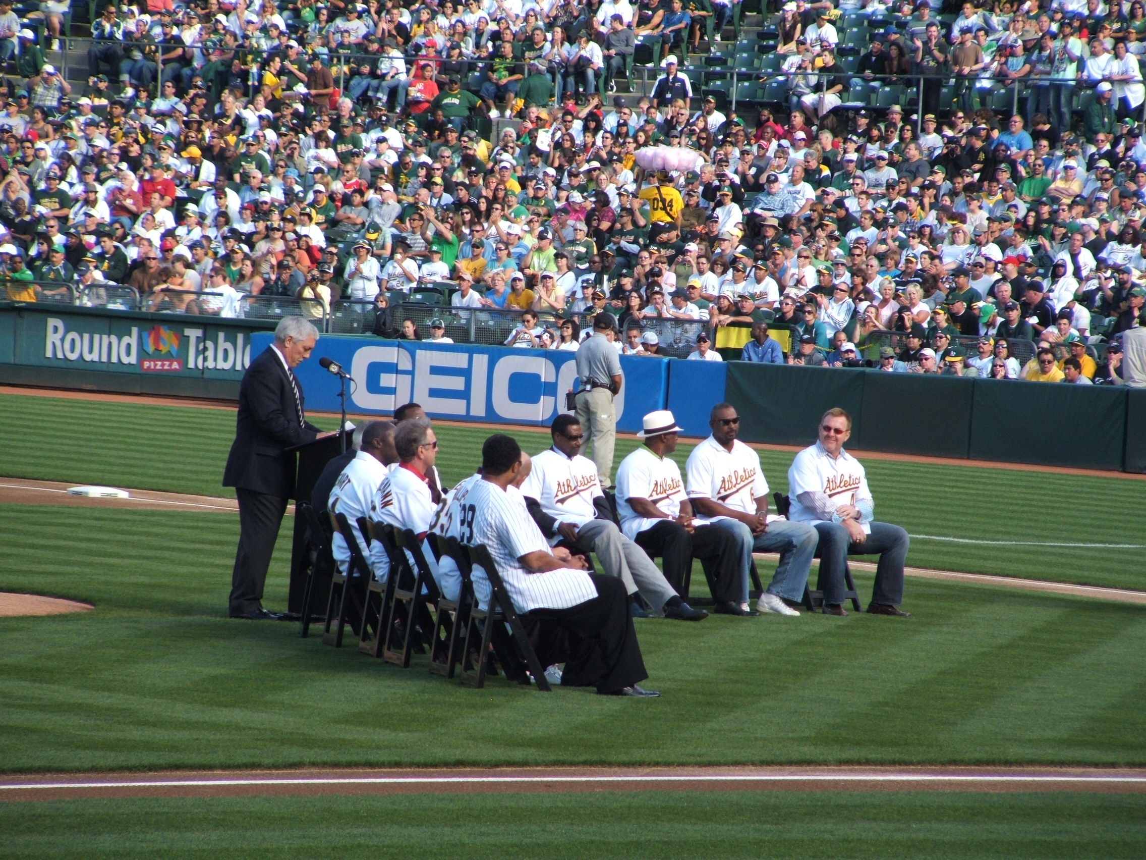 Ray Fosse and assembled players.jpg